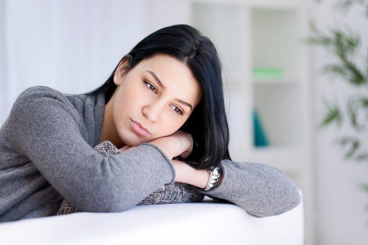 Kobieta smutna z powodu przykrego zapachu z pochwy