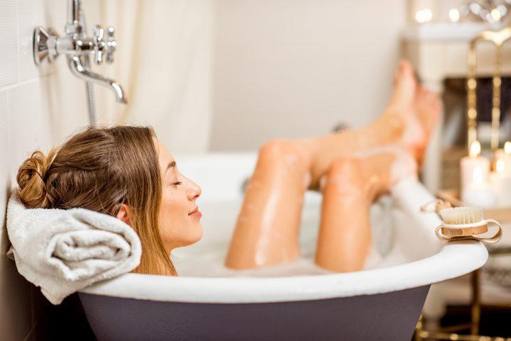 Kobieta w trakcie relaksującej kąpieli