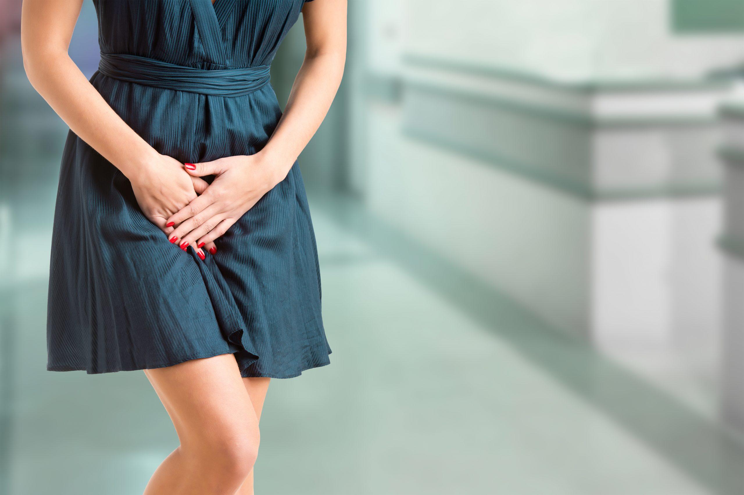 Kobieta cierpiąca na zapalenie cewki moczowej