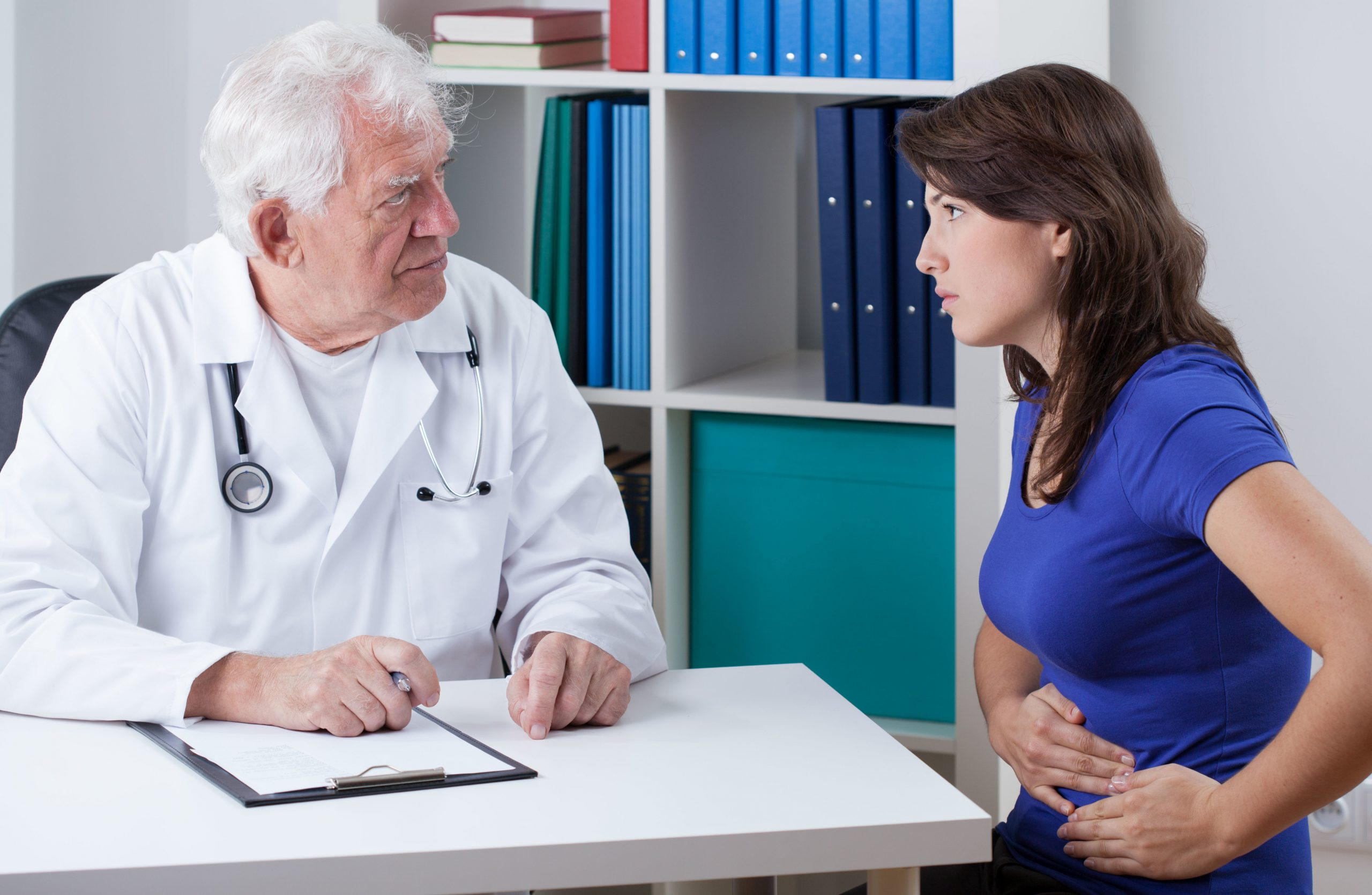 Kobieta na konsultacji lekarskiej z powodu łagodnego nowotworu sromu