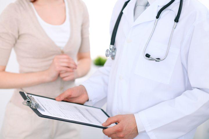 Kobieta na wizytcie lekarskiej z powodu rzeżączki