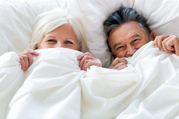 Para w starszym wieku w łóżku