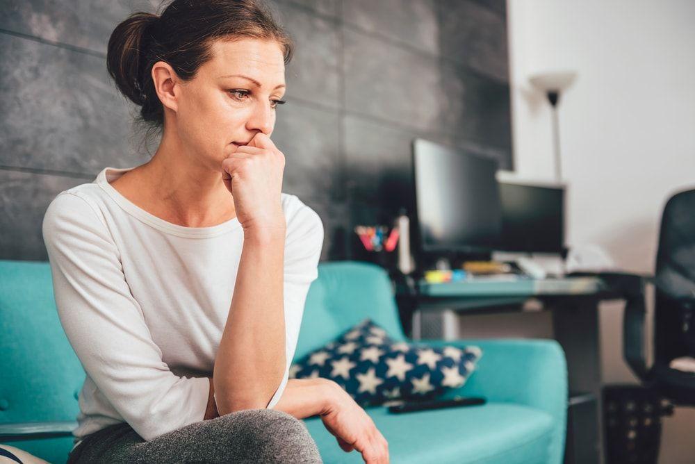 Kobieta z problemem przykrego zapachu z pochwy