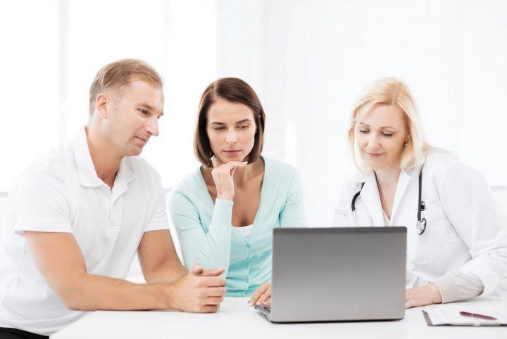 Lekarka pokazuje rodzicom badania prenatalne