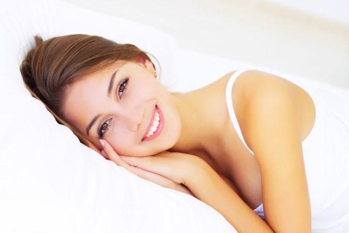 Młoda kobieta po zabiegu ginekologii estetycznej